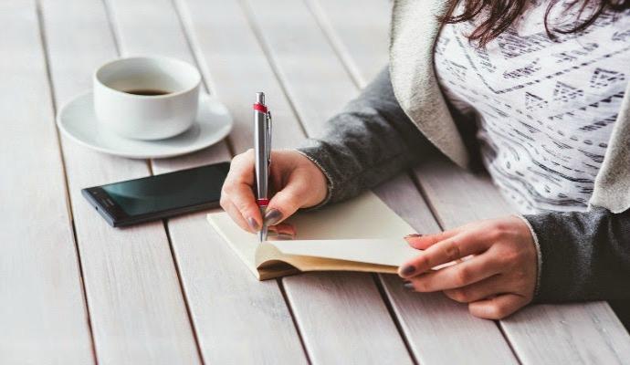 pisanie książki, notes, kobieta, komórka