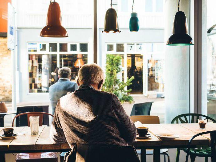 lampy, człowiek, mężczyzna, starość, kawa, krzesła, stół