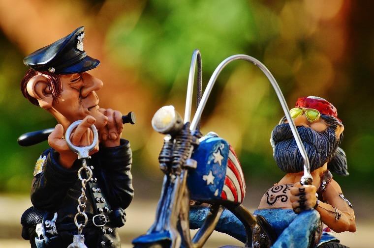 ludziki z modeliny, motocyklista amerykański i policjant z kajdankami