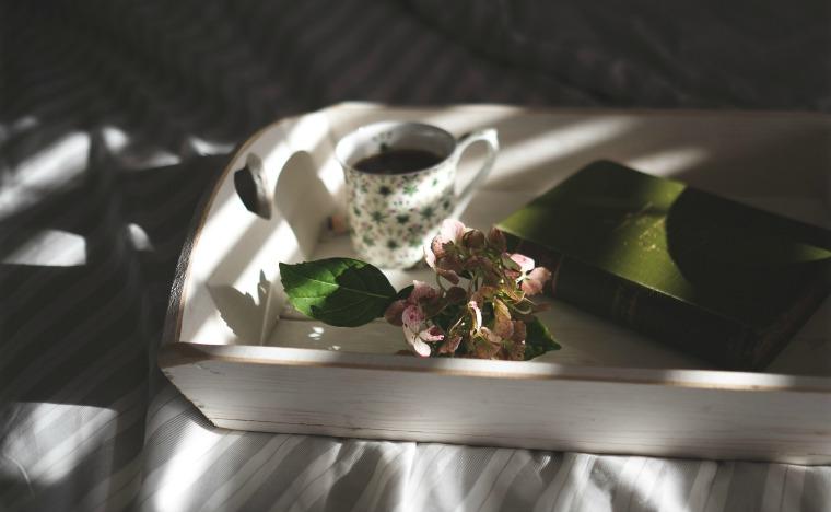 drewniana taca z herbatą i książką