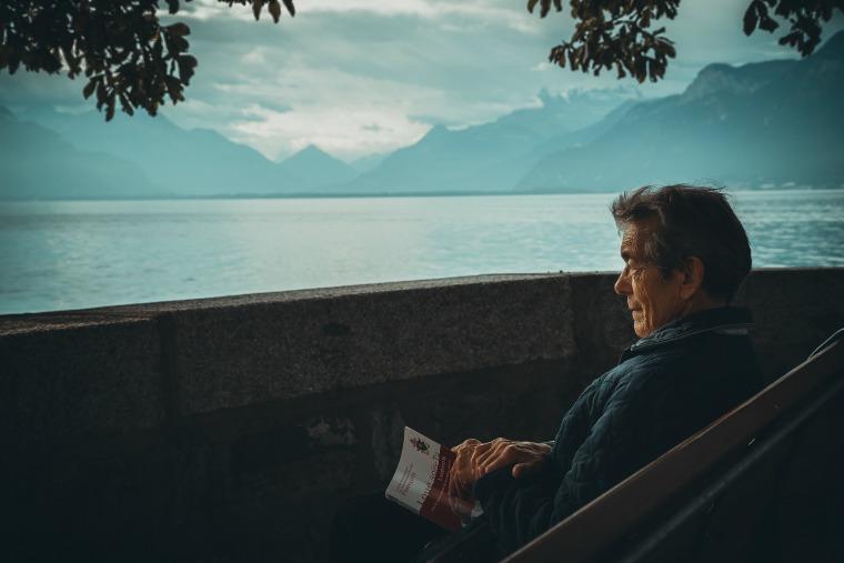 stary człowiek patrzący na jezioro
