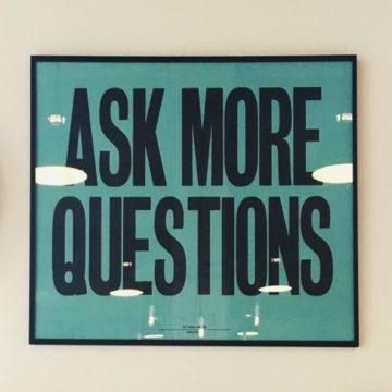 Co ma wspólnego zadawanie pytań z pisaniem powieści?